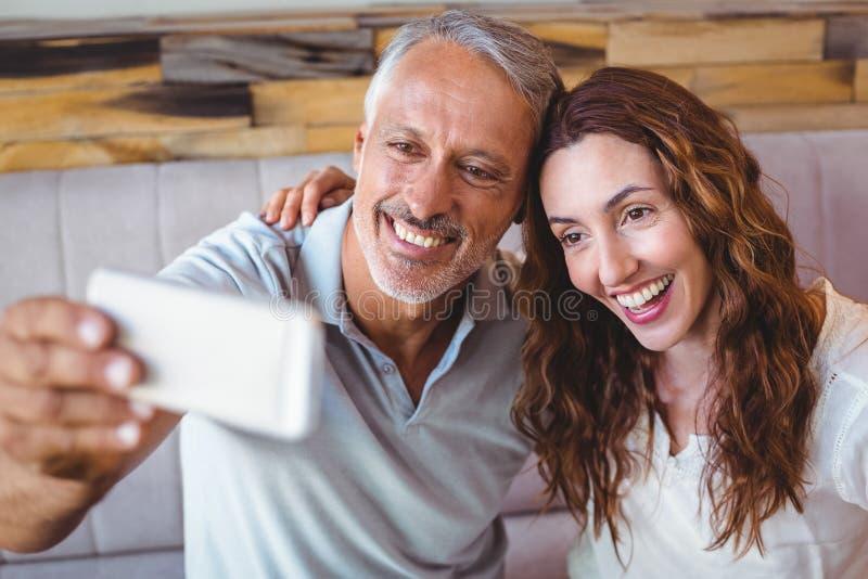 Download Couples prenant un selfie image stock. Image du couples - 56485439