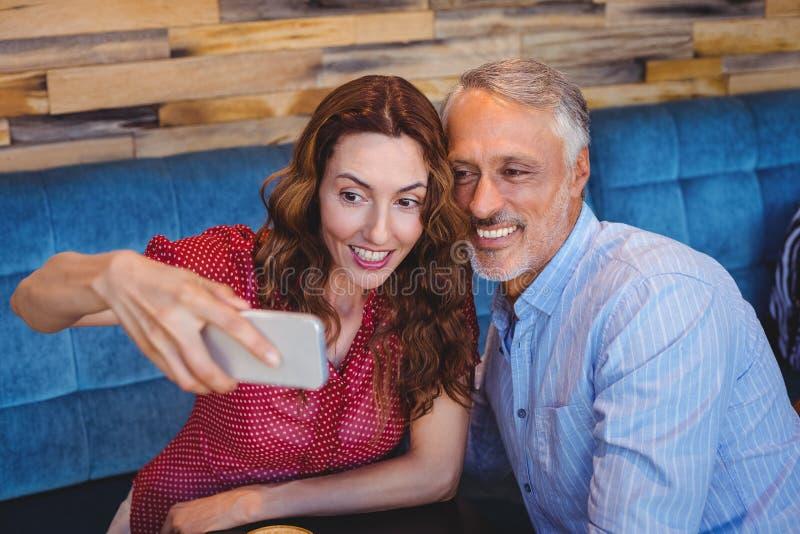 Download Couples prenant un selfie image stock. Image du activités - 56486323