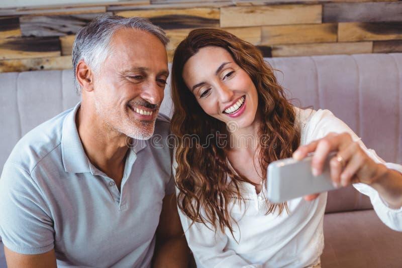 Download Couples prenant un selfie photo stock. Image du assez - 56486516