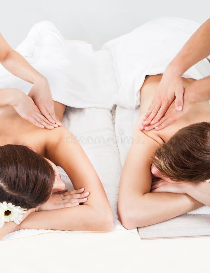 Couples recevant le massage arrière photographie stock