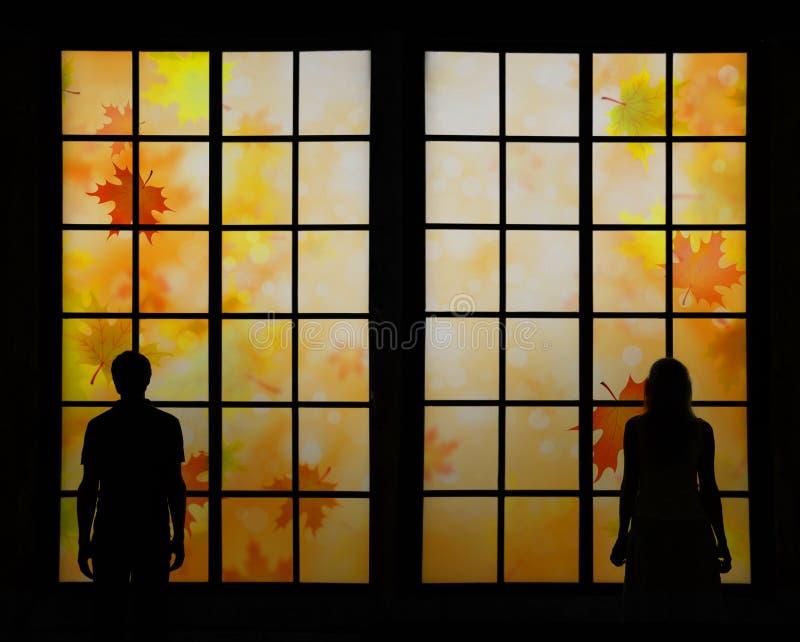 Couples regardant des feuilles de saison d'automne image libre de droits