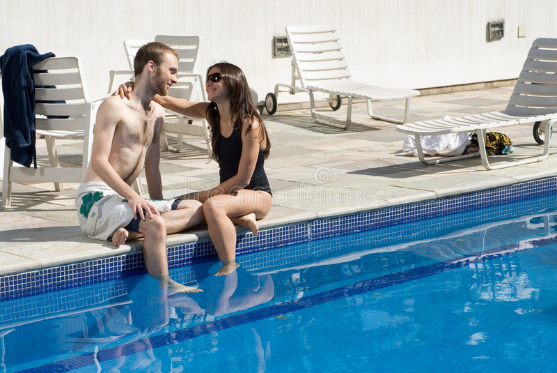 Couples regardant fixement par Pool - horizontal images libres de droits