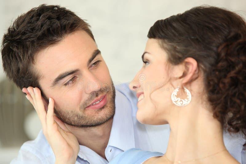 Couples regardant l'un l'autre photo stock