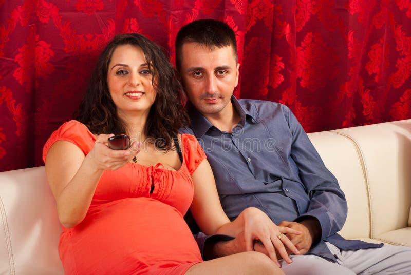 Couples regardant la TV photo stock