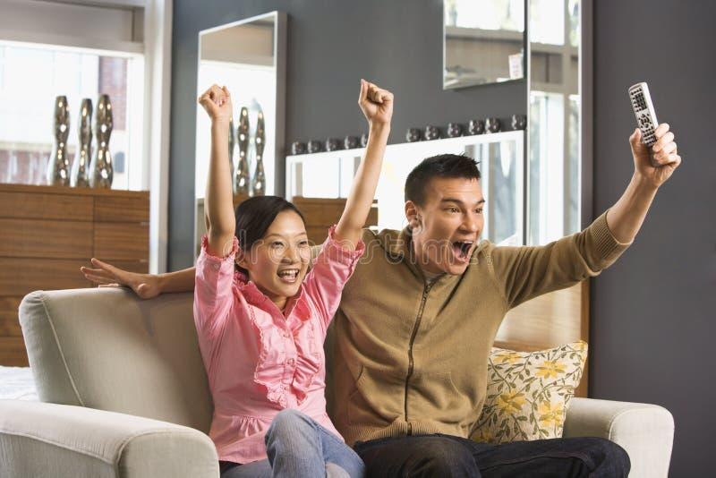 Couples regardant la TV. images libres de droits