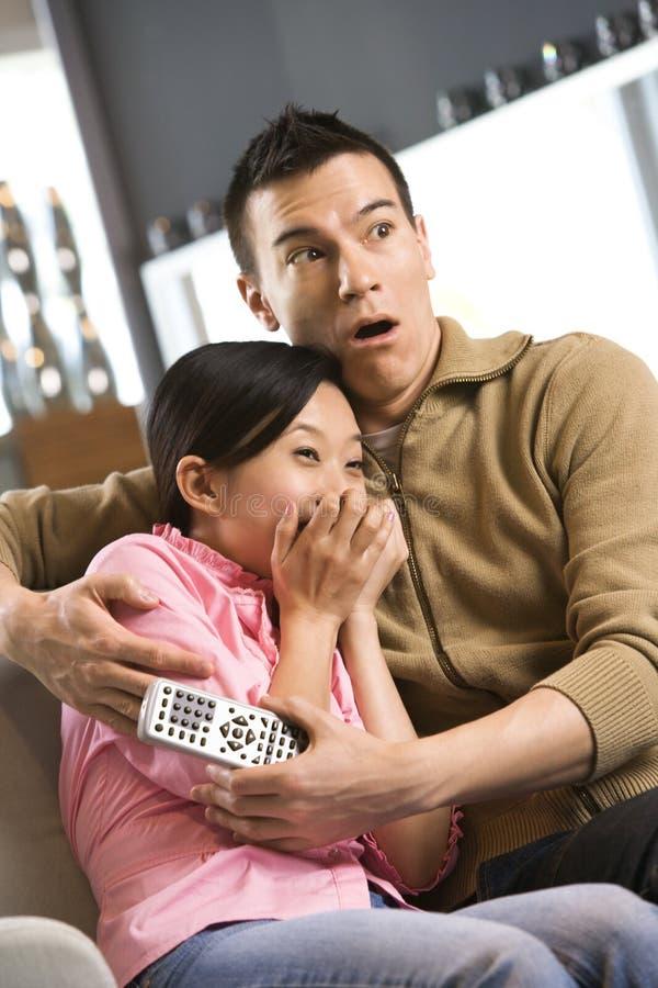 Couples regardant la TV. photographie stock