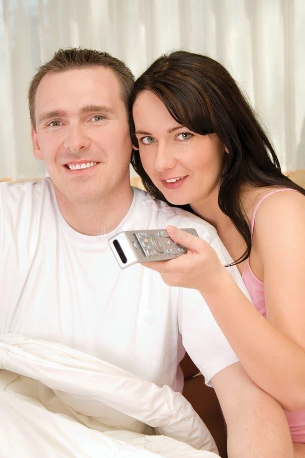 Couples regardant la TV ensemble photographie stock libre de droits