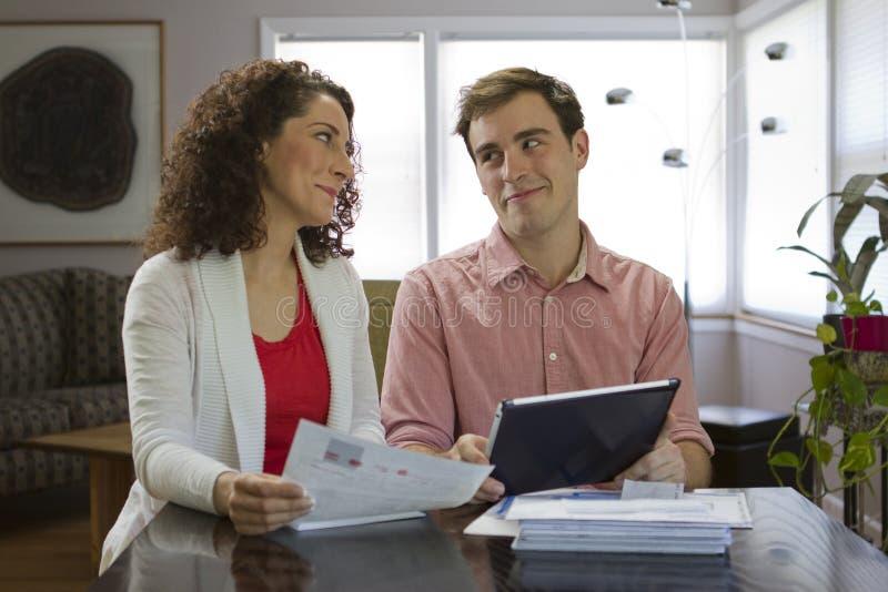Couples regardant le comprimé, horizontal image stock