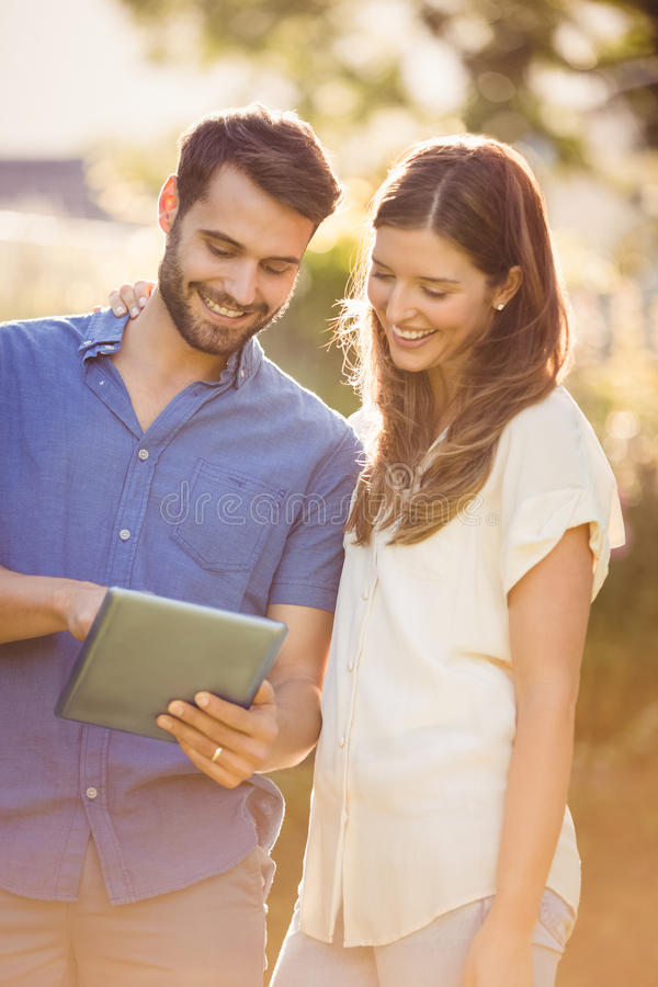 Couples regardant le comprimé numérique photographie stock libre de droits