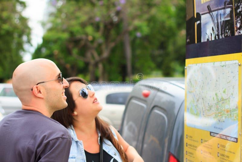 Couples regardant une carte photos stock