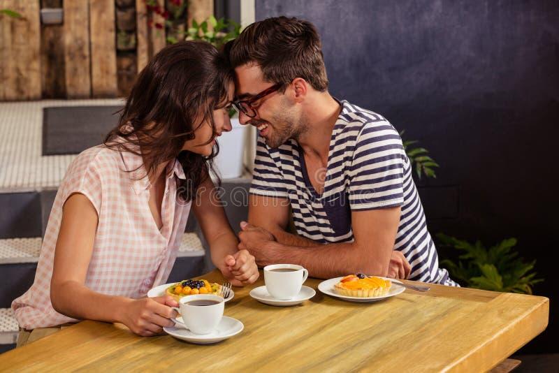 Couples remontant leurs têtes image stock