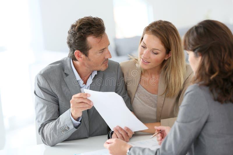 Couples rencontrant le conseiller financier images stock