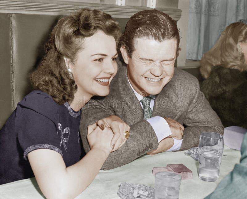 Couples reposant rire ensemble et heureux (toutes les personnes représentées ne sont pas plus long vivantes et aucun domaine n'ex images stock