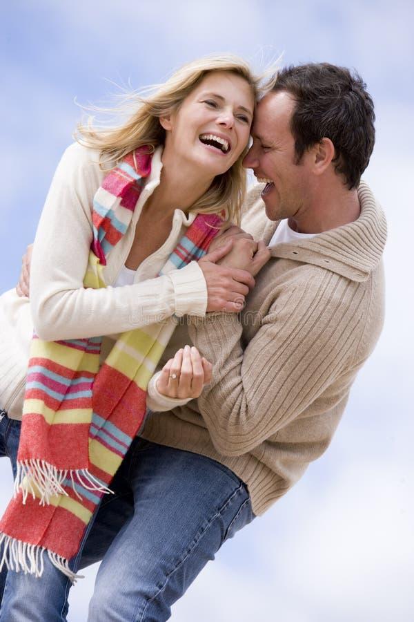 Couples restant à l'extérieur souriants photo stock