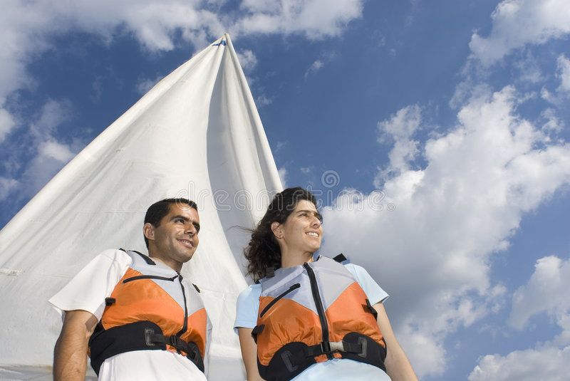 Couples restant devant la voile - horizontale photo libre de droits