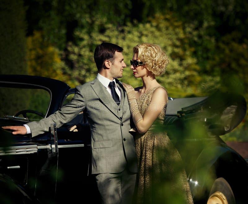 Couples restant près du convertible photographie stock