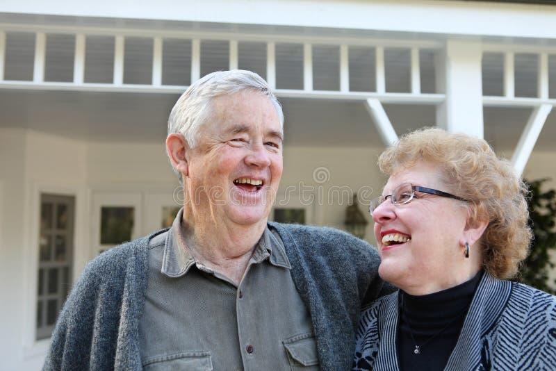 Couples retirés dans l'amour photos libres de droits