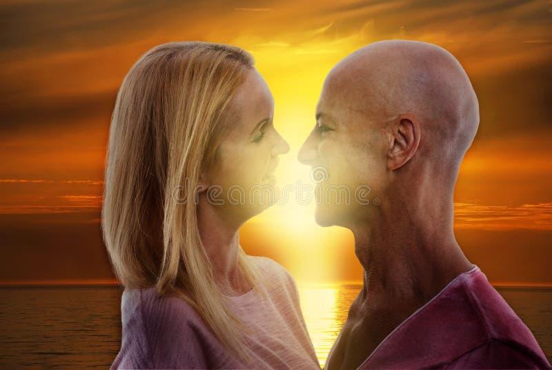 Couples riants dans le coucher du soleil images stock