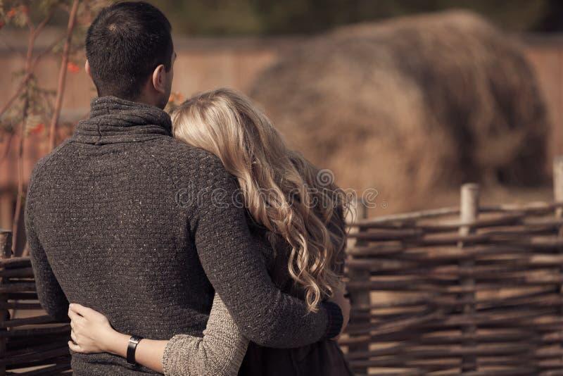 Couples romantiques à la campagne photographie stock