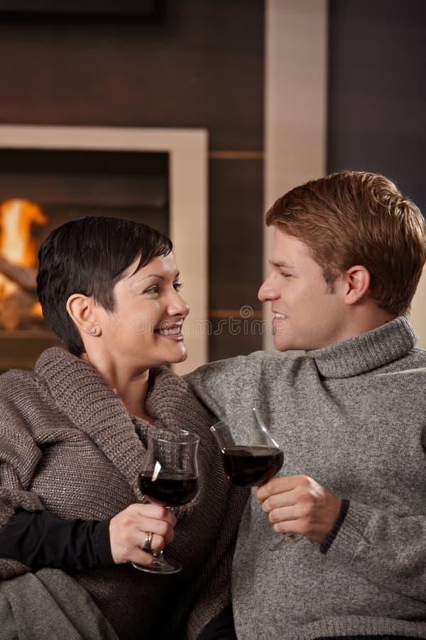 Couples romantiques à la maison photo libre de droits