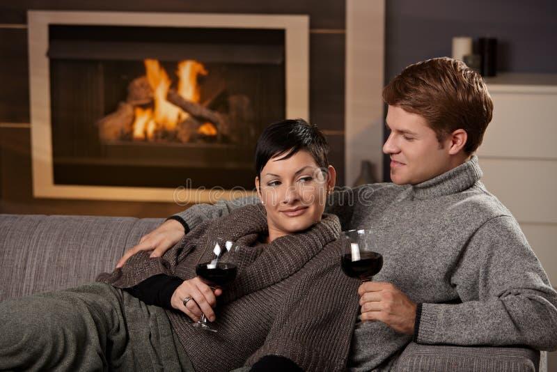 Couples romantiques à la maison photographie stock