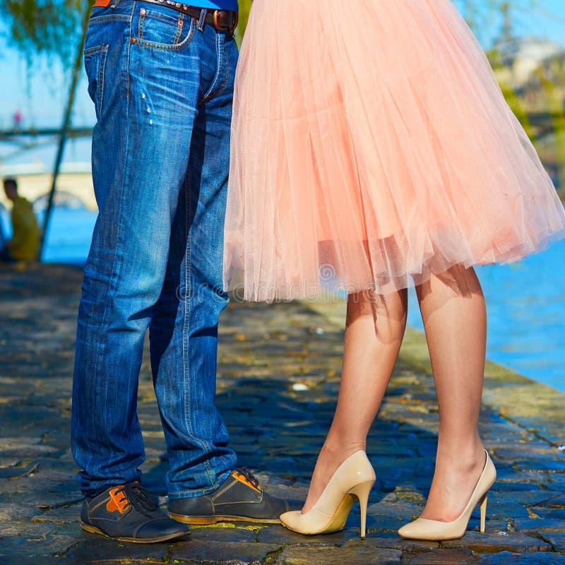 Couples romantiques à Paris photographie stock
