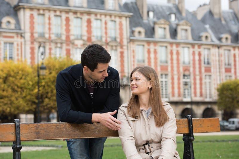Couples romantiques à Paris image libre de droits