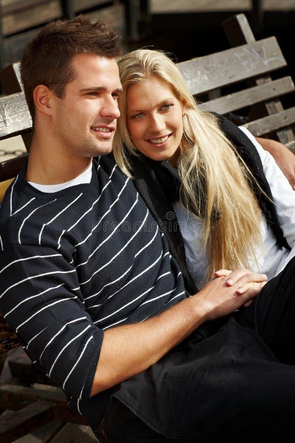 Couples romantiques appréciant le soleil d'automne en stationnement photos libres de droits
