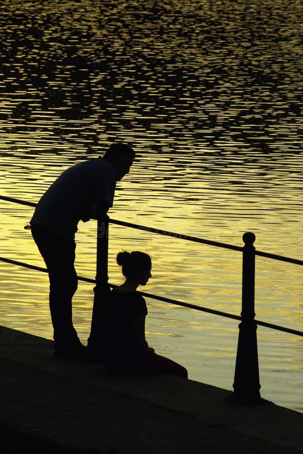Couples romantiques au coucher du soleil photos libres de droits