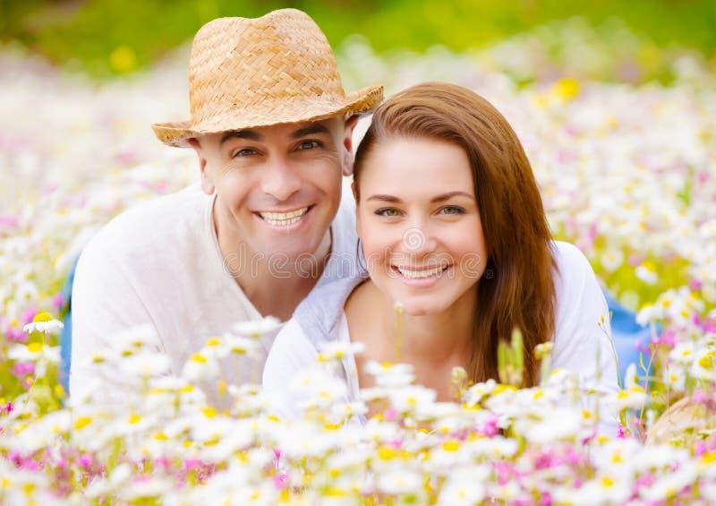 Couples romantiques ayant l'amusement image libre de droits