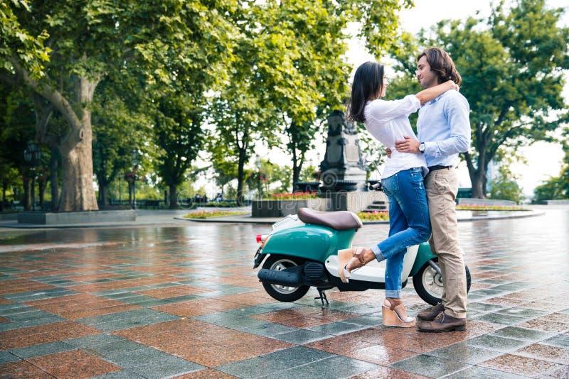 Couples romantiques ayant l'amusement dehors image stock
