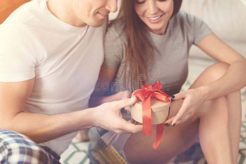Couples romantiques célébrant leur anniversaire images libres de droits