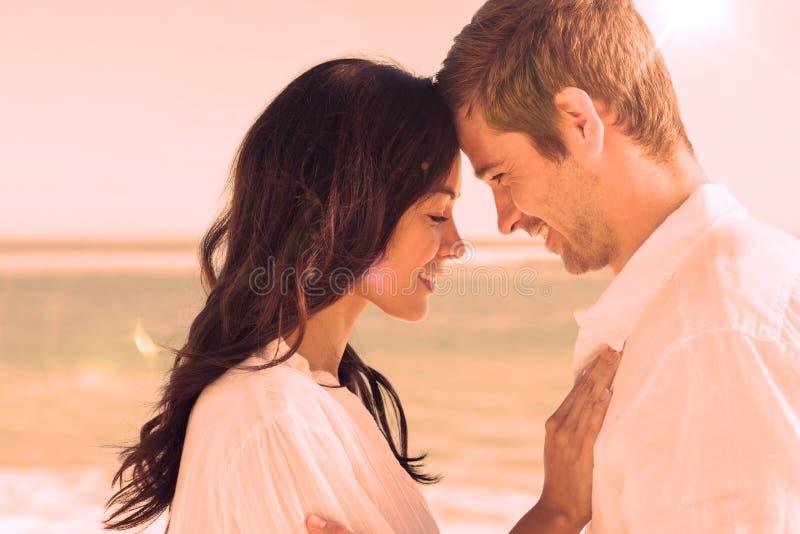 Couples romantiques détendant et embrassant sur la plage illustration de vecteur