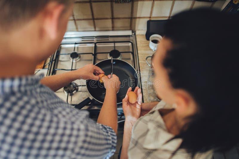 Couples romantiques dans l'amour passant le temps ensemble dans la cuisine photos stock