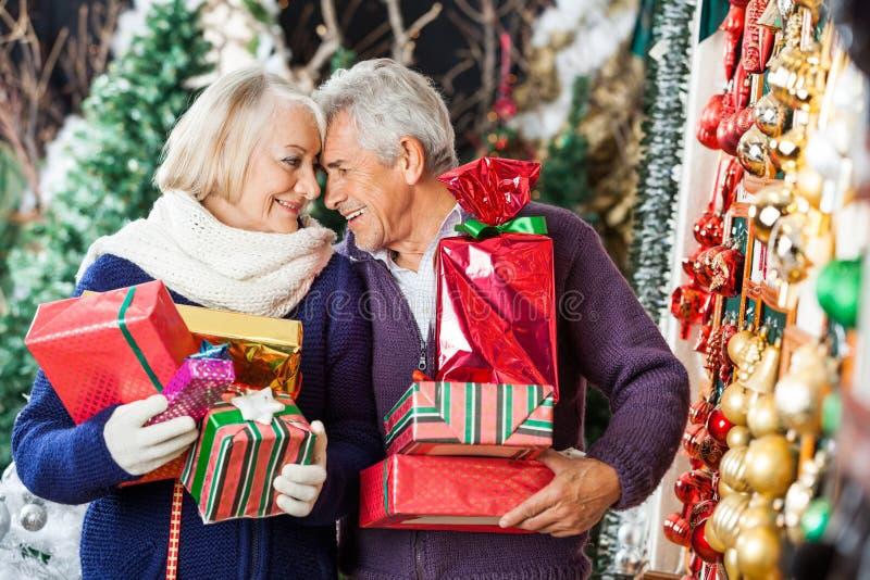 Couples romantiques dans le magasin de Noël photos libres de droits