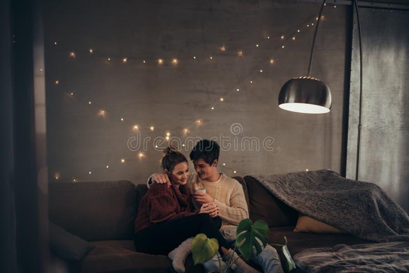 Couples romantiques dans le salon confortable photos stock