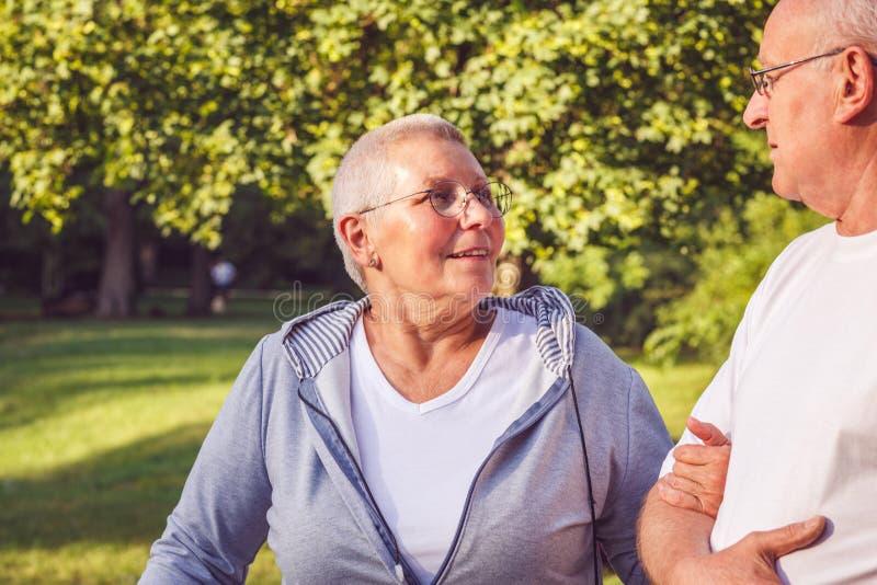 Couples romantiques de retraité appréciant la promenade en parc photographie stock