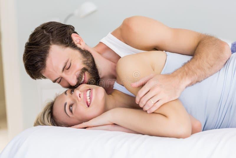 Couples romantiques embrassant sur le lit photos stock