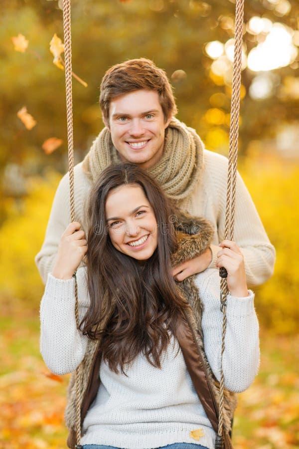 Couples romantiques en parc d'automne image libre de droits