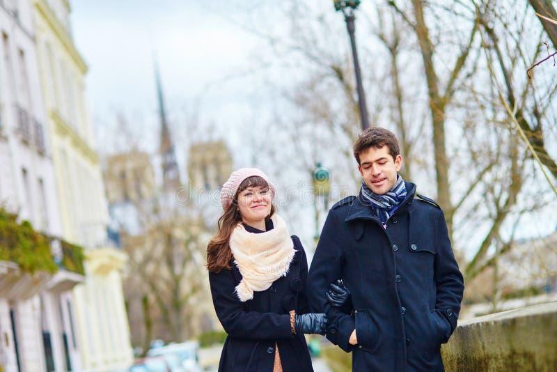 Couples romantiques ensemble à Paris photo stock