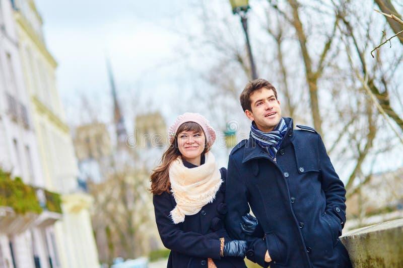 Couples romantiques ensemble à Paris image stock