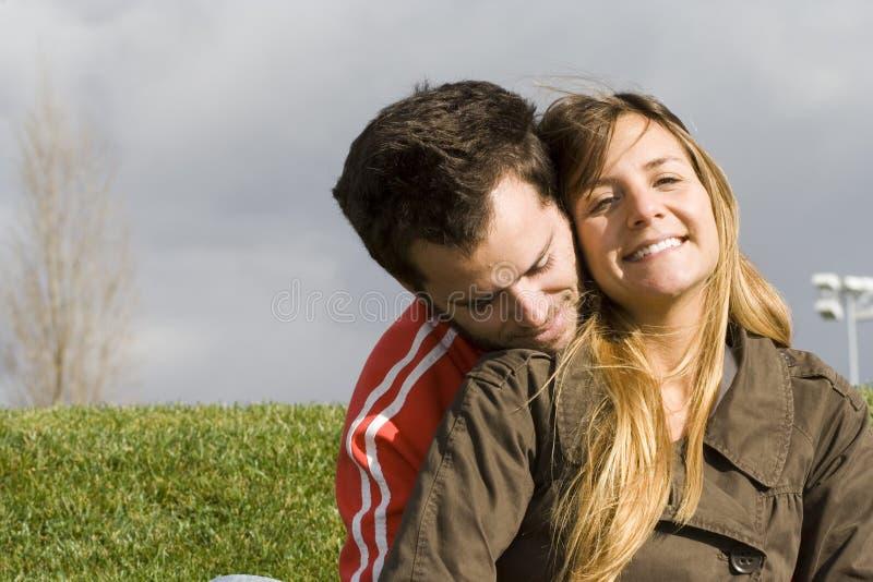 Couples romantiques extérieurs photographie stock libre de droits