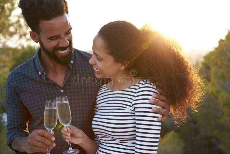 Couples romantiques faisant un pain grillé dehors photographie stock libre de droits