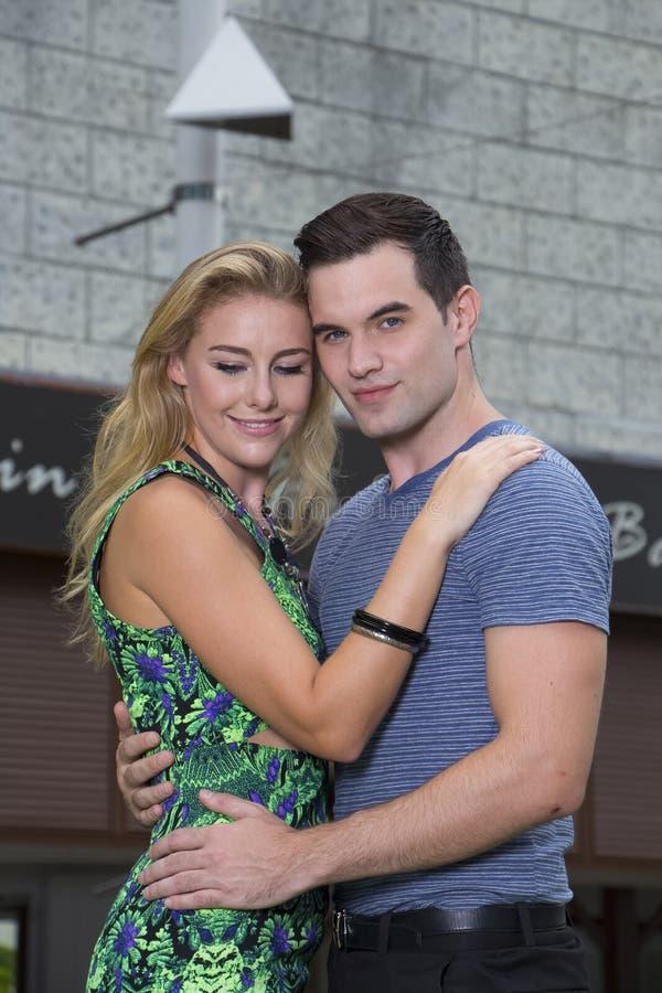Couples romantiques heureux à Bangkok, Thaïlande images stock
