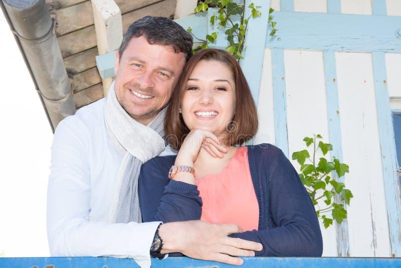 Couples romantiques heureux dehors dans la hutte en bois d'été images stock