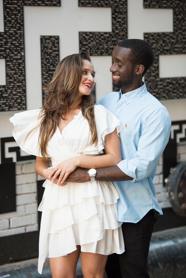 Couples romantiques impressionnants images stock