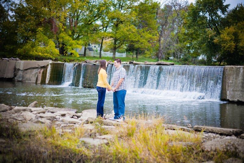Couples romantiques par Waterfall photo stock