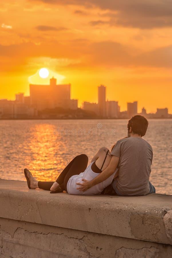 Couples romantiques regardant un coucher du soleil à La Havane photos libres de droits