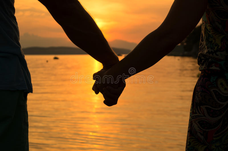 Couples romantiques retenant des mains photo stock