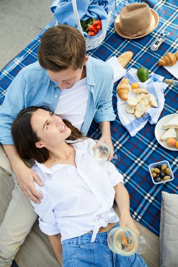 Couples romantiques se reposant au pique-nique pour deux photos stock
